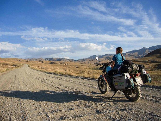 Sama dojela na motorce až k hranicím Číny. A pak, že neexistují ženy–cestovatelky.
