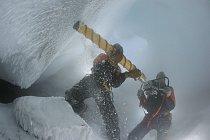 Stu Arnold z podpůrné výzkumné agentury Antarctica New Zealand přidržuje vrták, zatímco mikrobiolog Craig Cary vrtá do stěny ledové věže. O chvilku později se ozývají výkřiky nadšení: získali dokonalé
