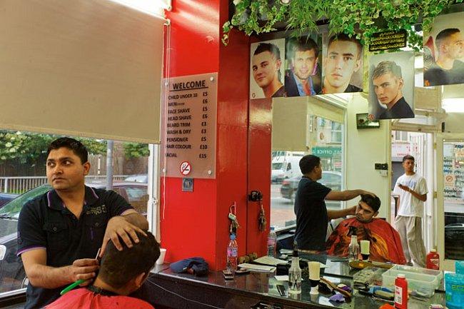 Zákazníky holičství A1 Hair Style na Commercial Road jsou většinou Pákistánci a Bangladéšané.