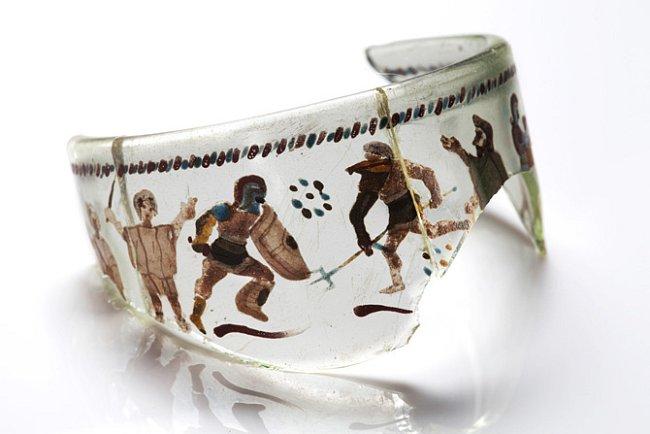 Úlomek ručně malovaného skleněného poháru, rozlomeného na dva kusy, byl nalezen v blízkosti Hadrianova valu. Sklo bylo pravděpodobně vyrobeno v Německu, což je dokladem rozšířeného obchodování.