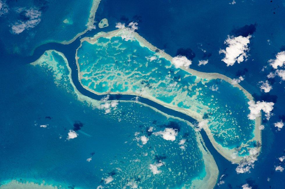 Tři útesy z australského Velkého bariérového útesu, poblíž ostrovů Whitsunday, zvěčněné z Mezinárodní vesmírné stanice. Z vesmíru jsou velmi dobře viditelné, díky výrazné modré barvě mělkých lagun, kontrastující s tmavými hlubinami.