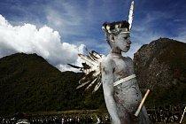 Mladý Papuánec během oslav.