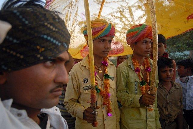 Mladí budoucí ženichové se účastní obřadu den před hromadnou svatbou