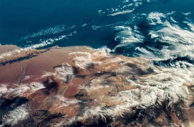 Velitel Mezinárodní vesmírné stanice Alexander Gerst má lepší výhled na naši domovskou planetu než většina lidí, což se dá posoudit podle této malbu připomínající krajiny jihoafrického západního pobřeží.