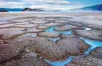 Jezero Kluane v kanadském teritoriu Yukon je nápajeno vodou z ledovců z okolních hor. Na jeho vysychajících mělčinách vzniká díky vysokému obsahu nejrůznějších minerálů rozpuštěných ve vodě barevná mo