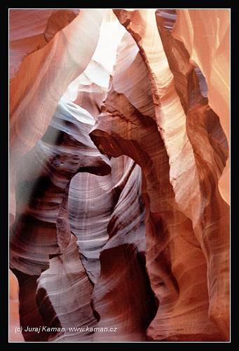 Skalních soutěsek a kaňonů je v oblasti Coloradské náhorní plošiny bezpočet a ačkoliv jsou mnohé z nich hlubší, širší, delší i barevnější, vizuálnímu kouzlu Antelope se žádný z nich nevyrovná.