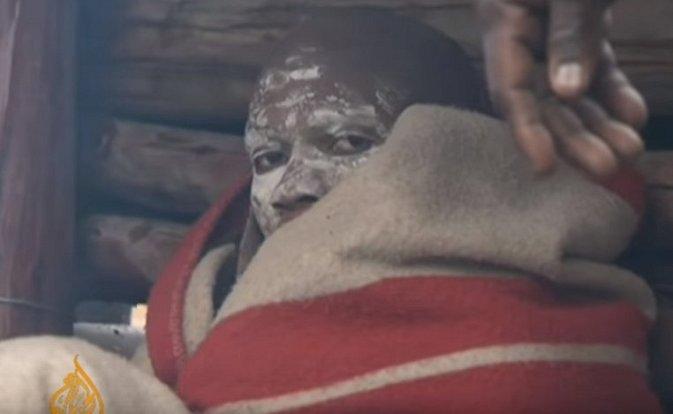 Chlapec z kmene Xhosa se připravuje na iniciační rituál