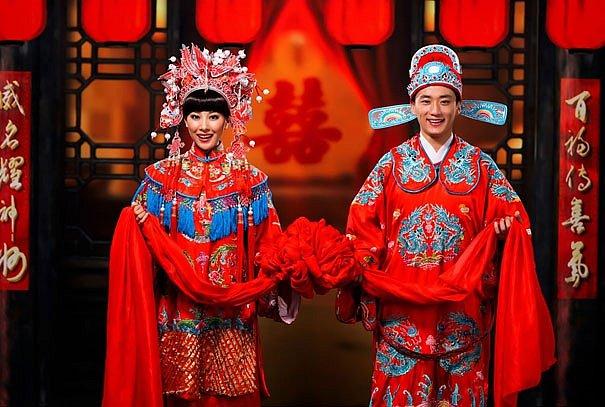 V Číně červená bava symbolizuje štěstí, proto nechybí na žádných svatebních šatech.