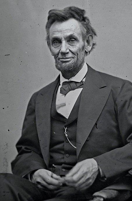 """1865   """"Při tom strašlivém vypětí, jemuž jsem vystaven dnem inocí,"""" řekl Lincoln, """"bych zemřel, kdybych se nesmál."""" Těžké následky válečných let jsou patrné na portrétu, který vznikl necelé tři měsíce před osudnou návštěvou Fordova divadla."""