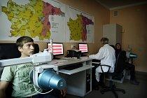 Vadym a Alina během rutinního vyšetření míry radiace. Každoročně lékaři kontrolují přes 4000 osob.