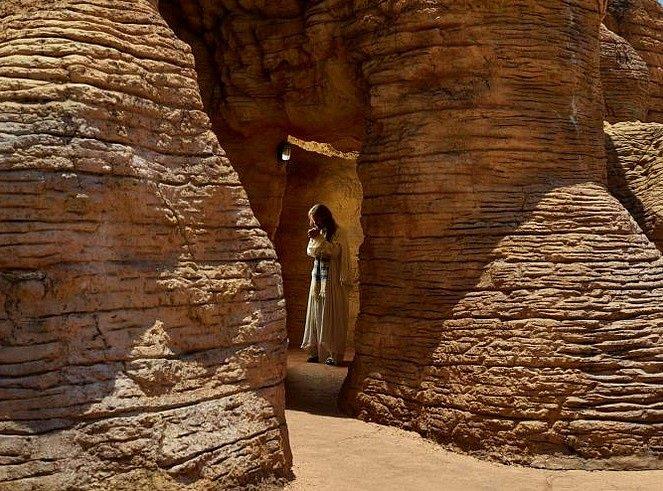 Job prochází replikou Kumránských jeskyní vizraelské poušti, kde byly nalezeny první svitky od Mrtvého moře.