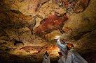 Vědci odebírají vzorky zpolychromovaného stropu jeskyně Altamira ve Španělsku, aby mohli určit jejich stáří. Strop je vyzdoben malbami zvířat, které byly zhotoveny před 19000 až 15000 lety. Abstraktní symboly na stropě jsou možná o 20000 let starší.