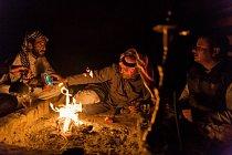 Beduínští turističtí průvodci bafají z vodní dýmy a nad šálkem čaje s pohnutím vyprávějí o minulosti jordánské pouště. Na displeji mobilu je vidět fotografie Awdy Abú Tajje, legendárního spojence Lawrence z Arábie.