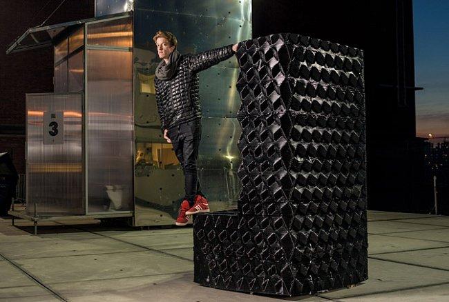 Architekt Hans Vermeulen stojí na základním dílu nábřežního domu vAmsterodamu, který byl vyroben 3D tiskem. Bloky potřebné ke stavbě třináctipokojového domu budou vytištěny speciálně vyvinutou bioplastickou sloučeninou.