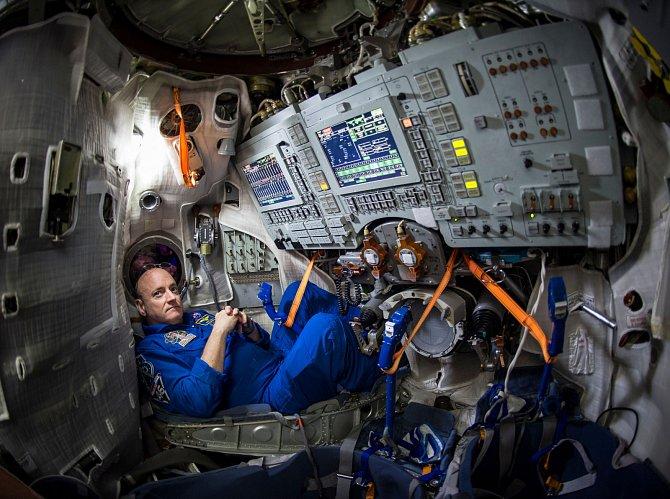 Astronaut NASA Scott Kelly uvnitř simulátoru vGagarinově tréninkovém centru pro kosmonauty.