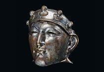 Železná maska pokrytá bronzem a stříbrem byla objevena v Holandsku. Vojáci kavalerie si takové masky zavěšovali na přilbici pomocí otočného pantu a nosili je na vojenské přehlídky – a snad i do bitev.