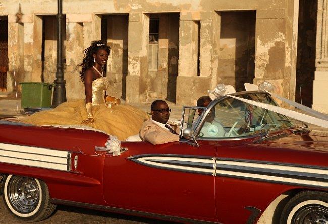 Stará americká auta patří ke kubánské každodennosti, jen výjimečně jsou však (pokud neslouží jako taxi pro turisty) naleštěná.