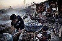 Obyvatelé Gazy opravují káru, aby mohli odvážet sutiny. Trosky zde zůstaly po izraelské operaci Lité olovo v letech 2008-2009. Akce byla zahájena jako reakce na pokračující raketové útoky z Gazy. Suti