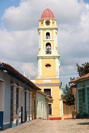 Měšťanská věž vduchu jedinečné kubánské architektury. Trinidad, Kuba