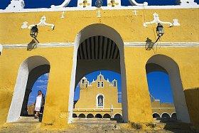 Místo je fascinující směsí mayských a koloniálních památek.