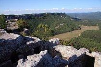 Výhled ze skalního pohřebiště v Mangup-Kale