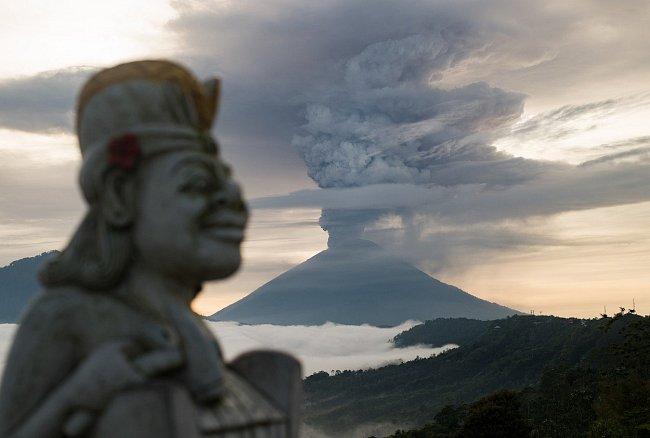 Sopka se po více než 50 letech začala probouzet už v září. Nyní, o dva měsíce později, se situace zhoršila a Agung chrlí oblaka bílého a šedivého popela.