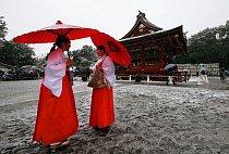 Někteří zůstávají věrní tradičnímu oblečení, i přestože se teploty pohybují kolem nuly.
