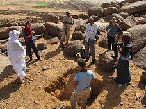 Návštěva odborníků z Chartúmské univerzity na výzkumu lokality Liščí kopec, pohoří Sabaloka, výzkumy ČEgÚ.