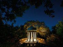 Zahrady Kykuit na panství Rockefellerů u Sleepy Hollow ve státě New York byly stvořeny k denní i noční návštěvě. Dokonalost Afroditina chrámu dotváří řada lip.