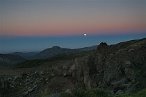 Měsíc v úplňku se právě vyloupl z mlžného oparu a celou noc nám svítil na stan.