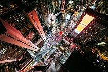 Kdo by nepoznal pulzující noční Times Square.