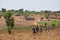 Naprostá většina Angolanů nikdy nenavštívila hlavní město Luandu. Neexistuje tu hromadná doprava vevropském smyslu a infrastruktura je velmi špatná. Angola je zhruba 16krát větší než Česká republika.
