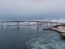 Most Sandnessund spojující ostrovy Tromsøya a Kvaløya; Norsko, leden 2015.