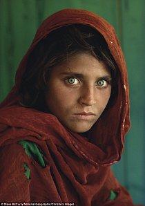 Snad nejznámější fotografie National Geographic - Afghánka se zelenýma očima uhranula celý svět.