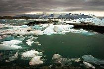 Antarktický smluvní systém zmrazuje nároky států na území Antarktidy, zakazuje jakékoliv vojenské aktivity a také například zakazuje těžbu nerostných surovin (minimálně do roku 2048).