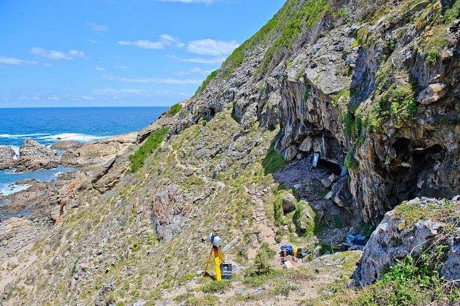 Jeskyně Blombos vzdálená zhruba 300kilometrů východně od Kapského Města.