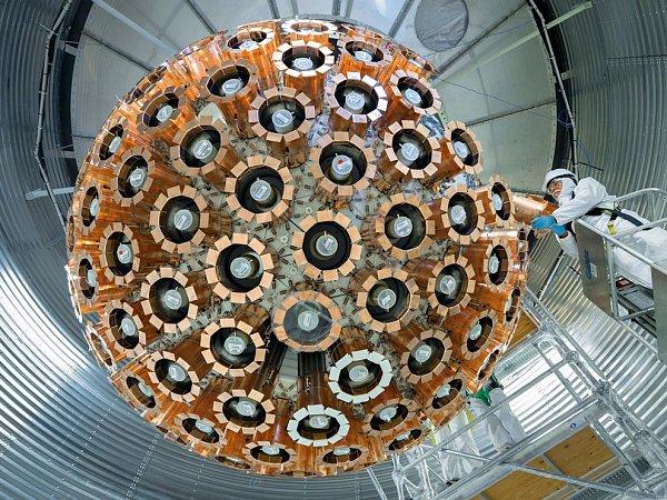 DEAP-3600, pravděpodobně doposud nejcitlivější detektor temné hmoty, byl nainstalován vloni dva kilometry pod zemí vdole na nikl vOntariu. Jeho sférické pole světelných senzorů směřuje dovnitř do jádra naplněného kapalným argonem.