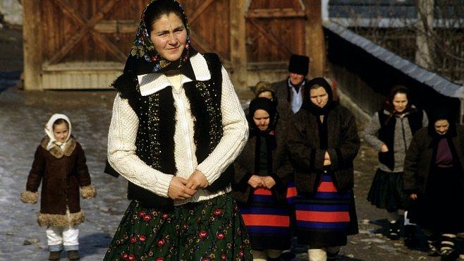 Pestré kroje a ženy, které pletou při chůzi. To je rumunský Maramureš
