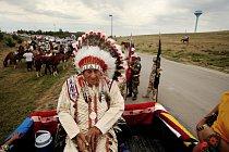 Náčelník Oliver Red Cloud (Rudý oblak) v čele průvodu