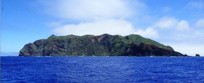 Pitcairnovy ostrovy mají různý původ. Jeden z ostrovů má sopečný původ. Další jsou korálové.