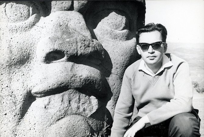 Při své první cestě za tajemstvím Jaguářích indiánů zkoumal Miloslav Stingl jednu zobrovských olméckých kamenných hlav. Mexiko, 1965.