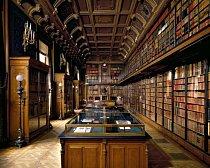 Knihovna vévody d'Aumale, Chantilly, Francie: Vévoda byl vášnivý bibliofil. Jeho sbírka 60 000 svazků obsahuje díla středověkého umění, rukopisy z 11. století i rukopis Přebohaté hodinky vévody z Berry. Návštěvníci mohou shlédnout digitální verze zdarma.
