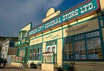 Dawson City General Store Ltd. je jediný supermarket v Dawsonu.