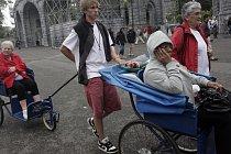 Velké náměstí před kostelem se začne brzy ráno naplňovat zvědavými turisty a pacienty na vozíčcích.