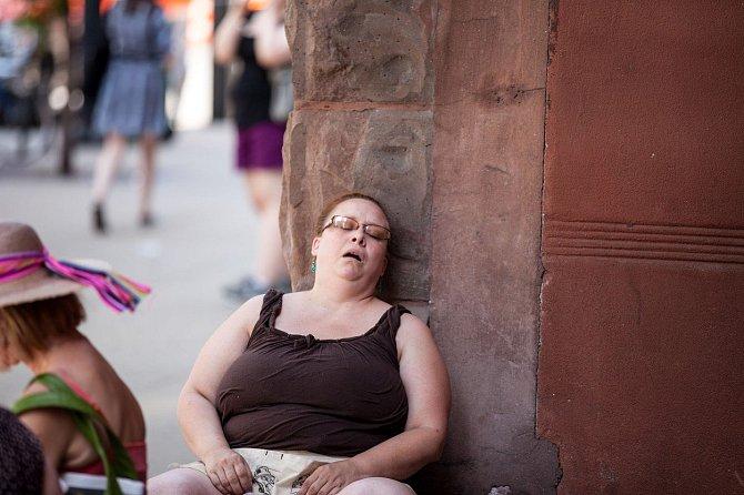 Ospalost během dne může být jedním z ukazatelů špatné spánkové polohy.