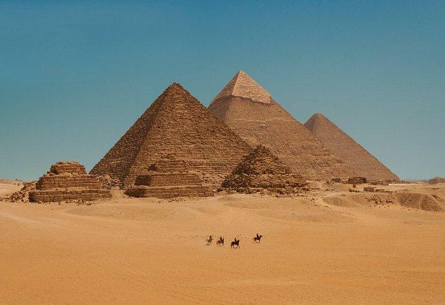 Pyramidy ohromují svými rozměry všechny návštěvníky Egypta.
