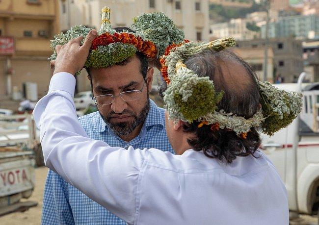 Muži si chtějí udržet svou tradici květinových dekorací, protože je to jejich mírový způsob, jak se odlišit od zbytku země. Ukazují tím i sílu svého postavení v komunitě.