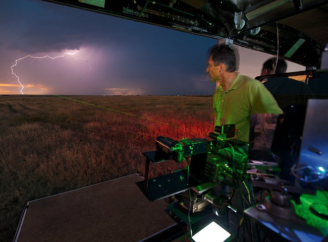 Samaras míří na bouři laserem a čeká na správný okamžik, aby roztočil Kahunu. Tato obrovská kamera je příliš těžkopádná na to, aby se dala rychle přestavit do jiné pozice, a proto se zaměřuje na nepoh