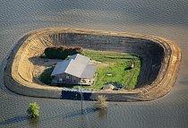 Mississippi. Dům nedaleko Vicksburgu, opevněný ochranným náspem, přežívá záplavu z rozvodněné řeky Yazoo v květnu 2011.