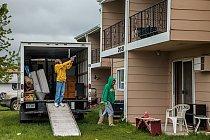 Becky Johnstonové a jejímu dospívajícímu synovi Tylerovi (na fotografii míří na balkon dětskou pistolkou) se z bytového komplexu ve Willistonu nechce. Podobně jako její sousedé nemá však Johnstonová j